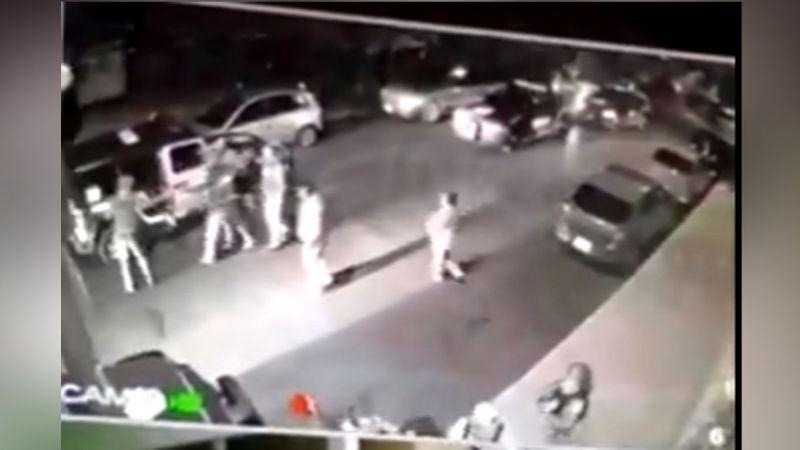Sujetos que se embriagaban en la vía pública despojan de su arma a un policía
