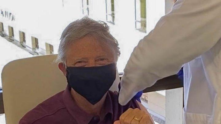 Bill Gates recibe la vacuna contra Covid-19 y así reaccionaron las redes sociales