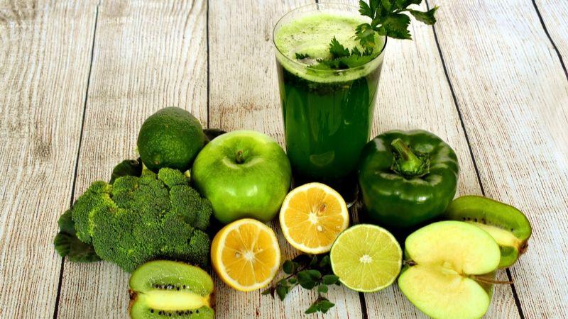 ¿Colesterol alto? Este jugo podría ayudarte a regularlo de manera efectiva y natural