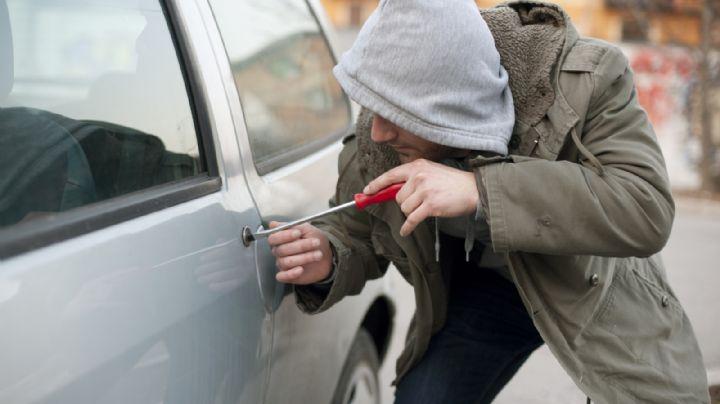 Cuando daban su rondín, policía detiene a dos sujetos con vehículos robados