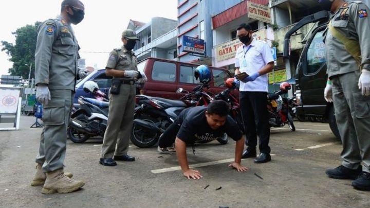Turistas de Bali son castigados de esta forma por la policía si salen sin cubrebocas