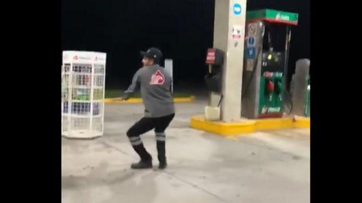 VIDEO: ¡Carga gasolina y el baile es gratis! Empleado de gasolinera se hace viral por bailar