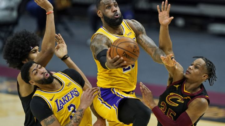 LeBron en plan gigante; anota 46 y los Lakers se imponen ante los Cavaliers