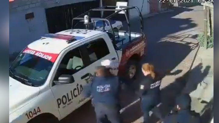 VIDEO: Policías propinan brutal golpiza a joven que caminaba tranquilamente por la calle