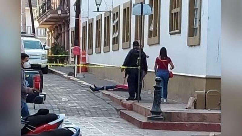 Dos hombres y una mujer son asesinados a balazos frente a Presidencia Municipal