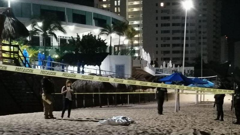 Tras intentar huir de sujetos armados, joven es alcanzado por las balas frente al mar de Acapulco