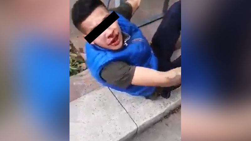VIDEO: Ladrón de celulares es detenido y golpeado por clientes en un centro comercial