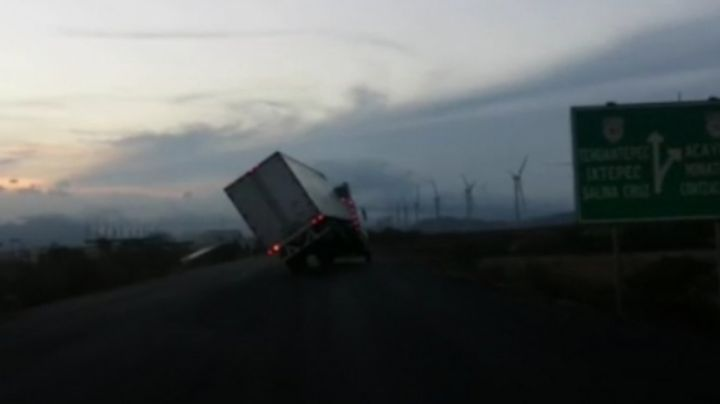 Fuertes vientos provocados por el frente frío 32 vuelcan un tráiler en Oaxaca