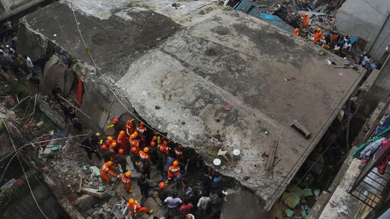 23 personas muertas y 15 heridas tras derrumbarse techo durante funeral en la India