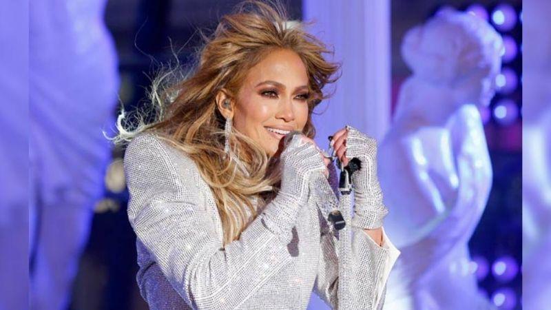 """Jennifer Lopez rompe en llanto durante su presentación de fin de año: """"Perdimos demasiados"""""""