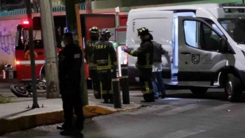 Motocicleta se incendia tras chocar contra poste en la GAM; hay dos muertos