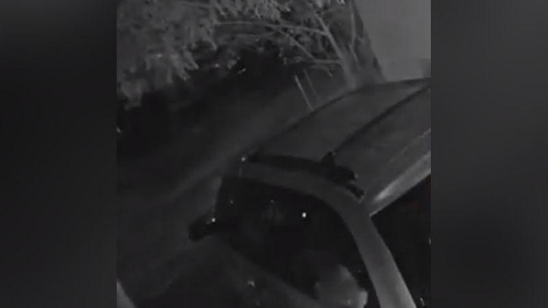 Sujeto prende en llamas una camioneta de un domicilio al lanzarle una bomba molotov