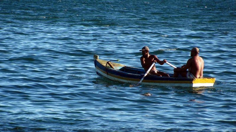 Rescatan con vida a pescador que naufragó desde el 24 de diciembre; hay otro desaparecido