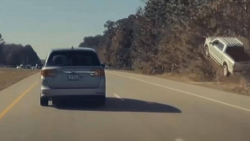 Captan momento exacto en el que carro pierde el control y sale volando de pequeña montaña