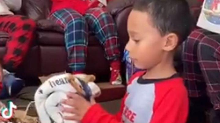 Niño rompe en llanto al recibir emotivo regalo en memoria a su fallecida mascota