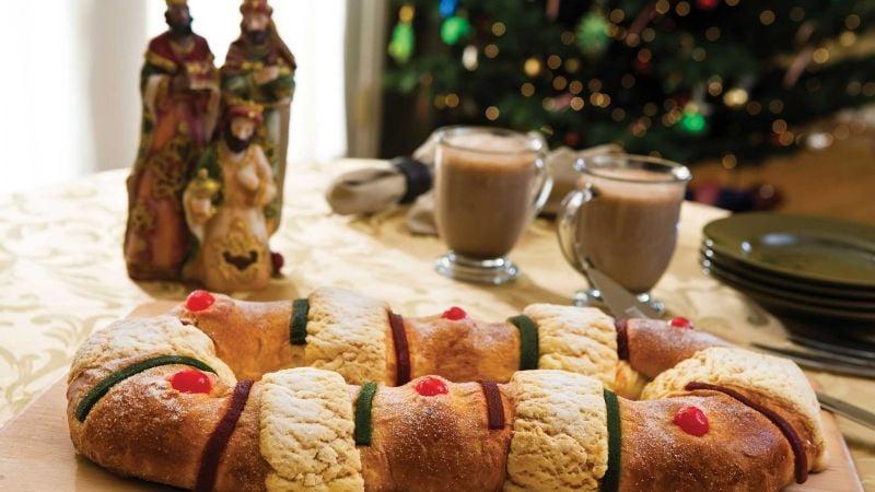 Mujer compra una rosca de Reyes y se lleva una sorpresa; estaba rellena de papel