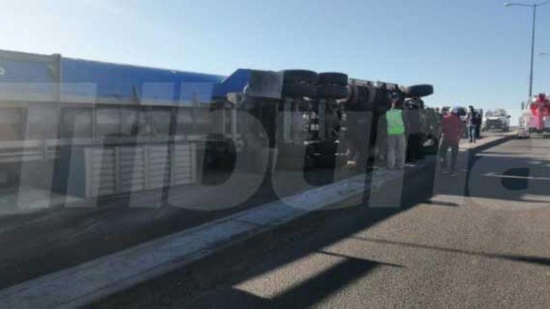 Obregón: Vuelca tráiler sobre puente de la 300 y deja cuantioso daños materiales