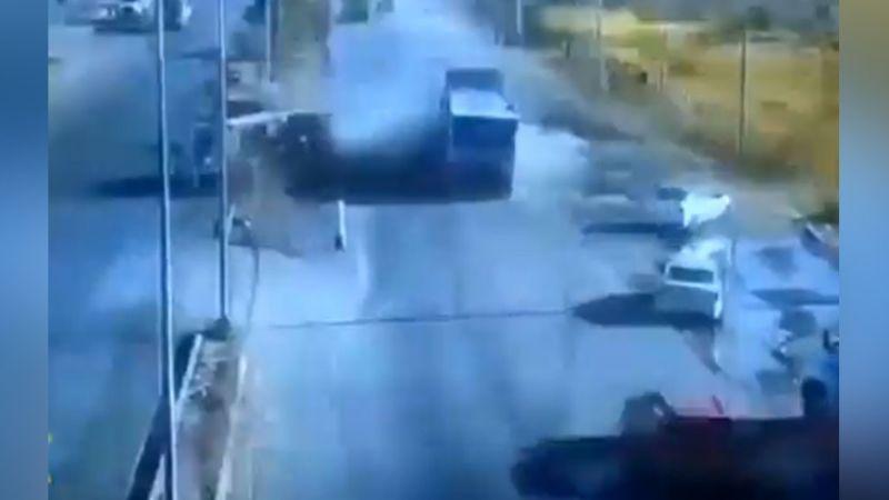 Camión de la basura sufre volcadura en medio de la carretera tras impacto de tráiler; reportan heridos