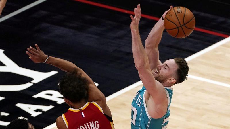 Hayward brilla con 44 puntos; los Hornets vencen a los Hawks