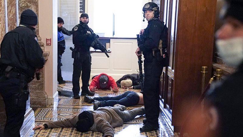 Cuatro fallecidos y 14 policías heridos, el saldo de los disturbios en el Capitolio