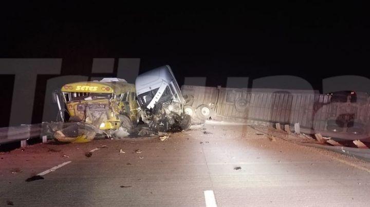 Se registra aparatoso accidente entre un camión y un tráiler cerca de Bácum; hay cuatro heridos