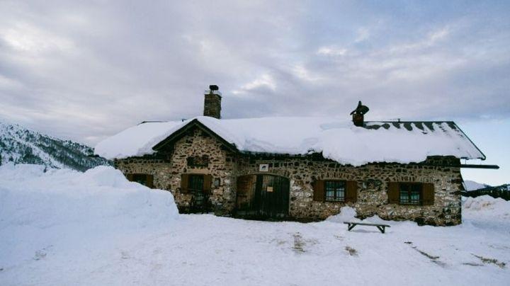 La acumulación excesiva de nieve provoca que el techo de una casa en la India colapse