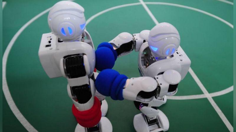 """Robots protagonizan épica pelea en plena biblioteca y las redes enloquecen: """"Parecen novios"""""""