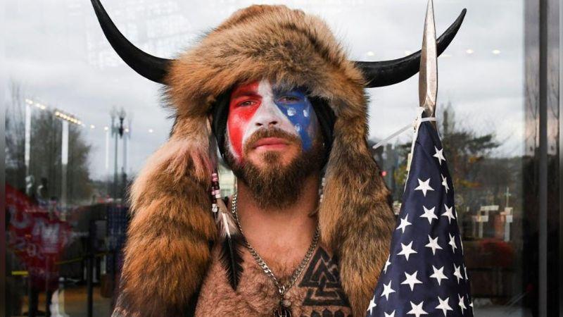 Jake Angeli es el manifestante de cuernos que provocó caos en el Capitolio
