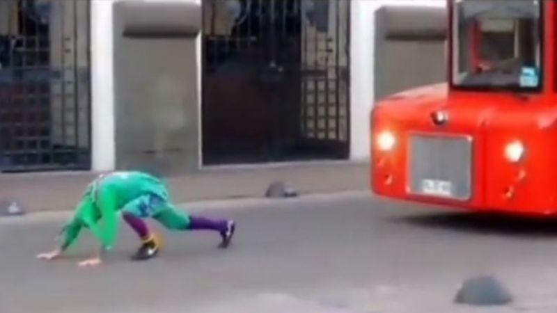 VIDEO:  Un mimo vestido de bufón logra arrastrar un turibús y se hace viral en TikTok