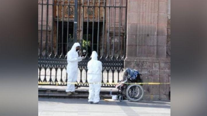 Entre el frío y hambre, indigente pierde la vida frente a catedral de Morelia