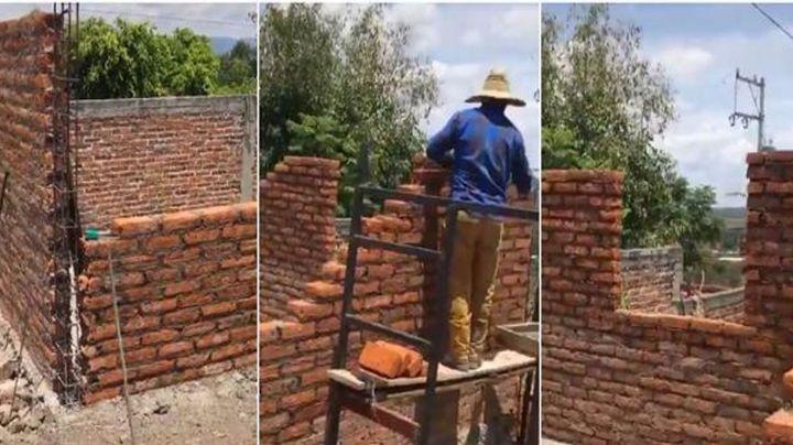 Albañiles construyen una casa sin puerta y su reacción al darse cuenta se hace viral