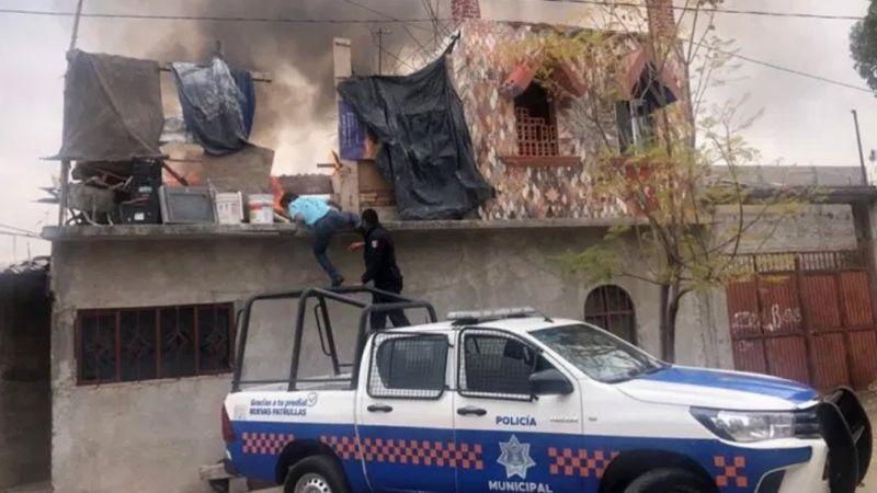 Policías municipales rescatan a hombre de un incendio que consumía su hogar