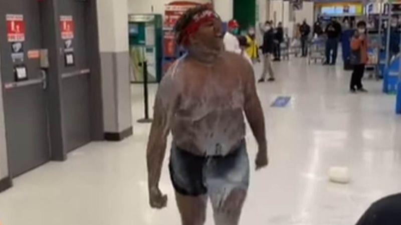 VIDEO: Hombre sorprende a clientes de Walmart al darse baño de leche y gritar como loco