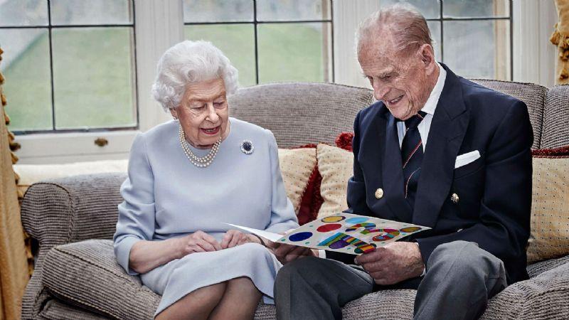 Reina Isabel II y su esposo Felipe reciben la vacuna contra el Covid-19