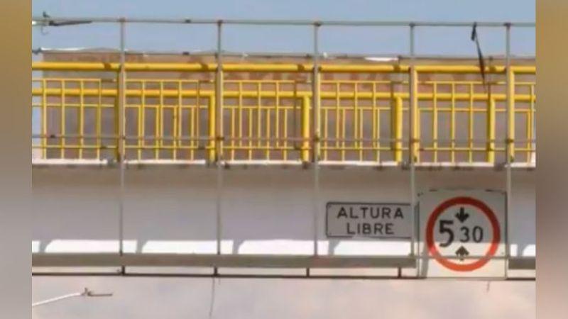 Elemento del Cuerpo de Bomberos evita que una mujer termine con su vida en un puente peatonal