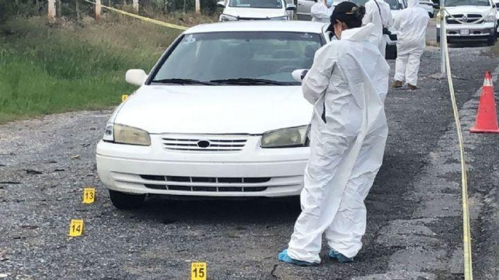 Código rojo en Nuevo León: Mujer es hallada muerta a la orilla de la carretera; quedó dentro de un auto