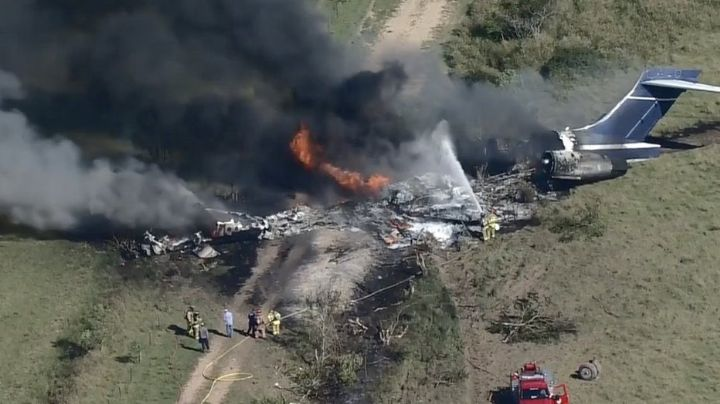 VIDEO: Avión colisiona y arde en llamas tras despegar en Texas; traía 21 personas a bordo