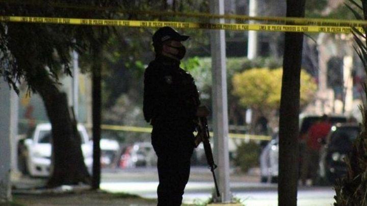 Crisis en Nuevo León: Pistoleros asesinan a un hombre que estaba en la banqueta con su hijo