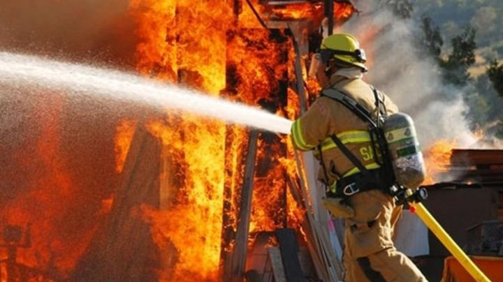 Taller de tapicería es 'devorado' por un peligroso incendio en Guaymas