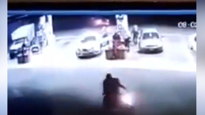 VIDEO: Ladrones fracasan al asaltar gasolinera luego de que uno de ellos se disparar por error
