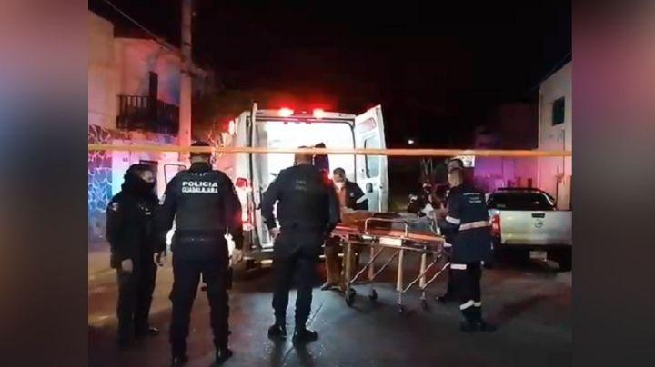 Habitantes de colonia de Guadalajara golpean y apuñalan a ladrón tras capturarlo en azotea