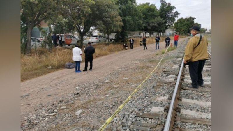Sicarios asesinan a golpes a un hombre y lo arrojan a la orilla de las vías del tren