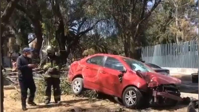 Conductora resulta herida tras volcarse y terminar arriba de un camellón