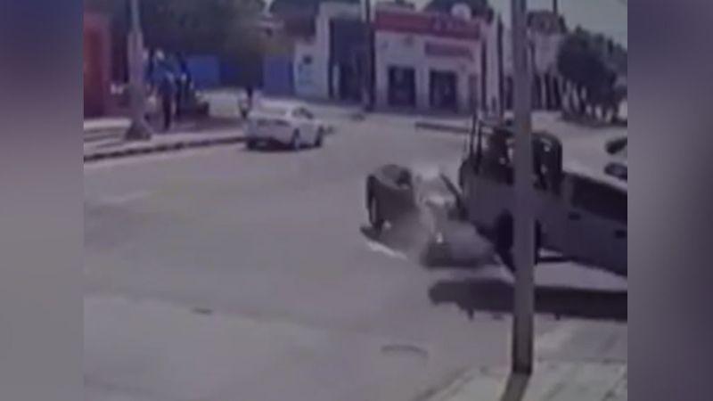 VIDEO: Momento exacto en el que camioneta de la Marina provoca aparatoso choque en Cajeme
