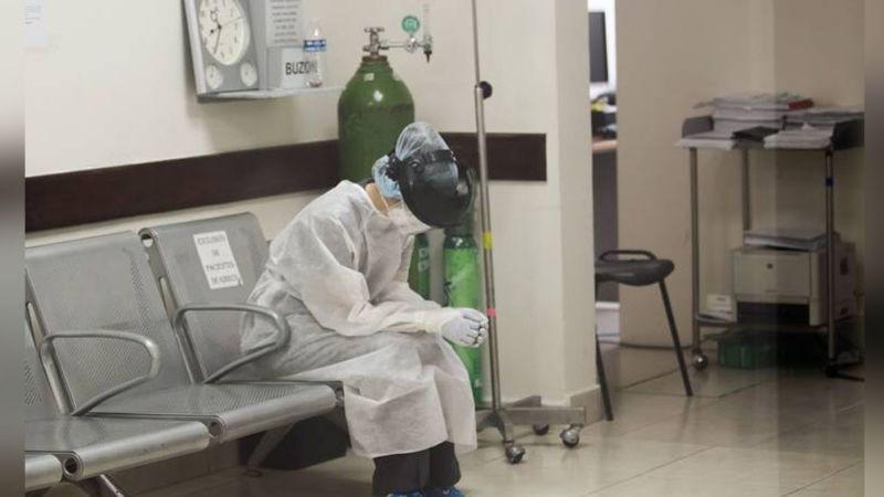 Policía se viste de doctor para ver a su papá con Covid-19; lo encuentra muerto