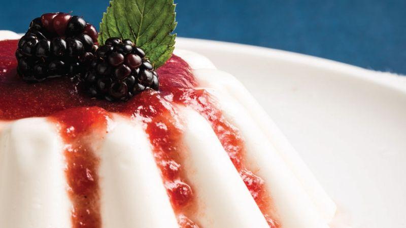 ¡Deliciosa! Endulza tu domingo con esta exquisita gelatina de yogurt con frutos rojos