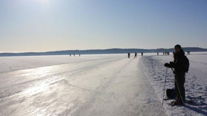 Niñas caen al agua helada mientras caminaban en hielo; bomberos luchan por rescatarlas