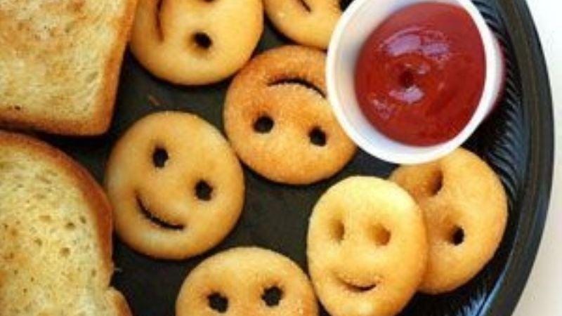 ¡Alegra sus comidas! Aprende a hacer papas con caritas felices