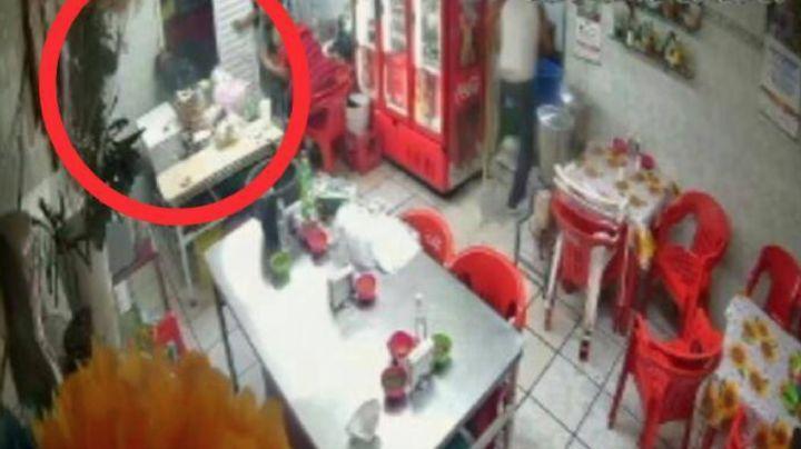 FUERTE VIDEO: En segundos, sicario embosca a 'El Melle' en local y lo mata de 10 tiros