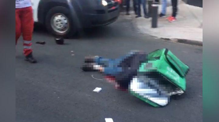 Repartidor de comida pierde la vida de camino a una entrega tras estrellarse contra un poste